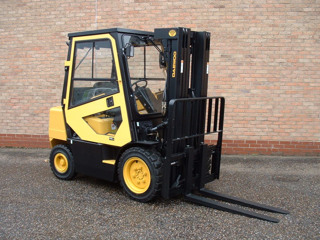 Large fork truck refurbished at Forcktrucktirect